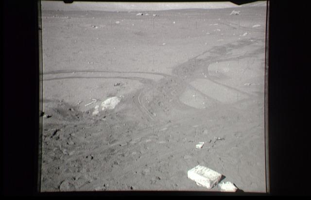 bottes lunaires et autres trucs de ce genre. D\u0027ailleurs, les  seismomètres qu\u0027ils avaient installés lors des sorties précédentes  enregistraient les