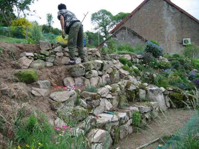 faire une rocaille en pente jardin de rocaille et dco en pierre naturelle en ides extrieur with. Black Bedroom Furniture Sets. Home Design Ideas