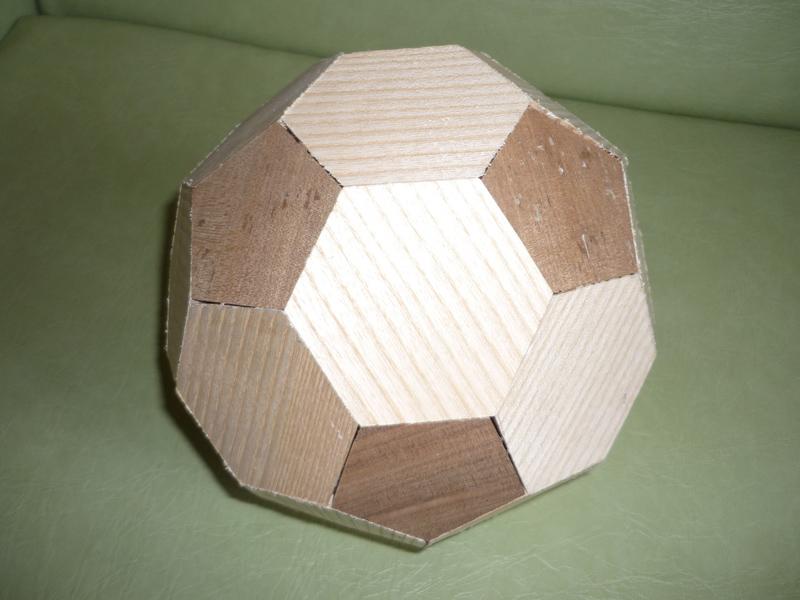 Assemblage Bois Hexagone : des hexagones et pentagones venant juste encastr?s entre les