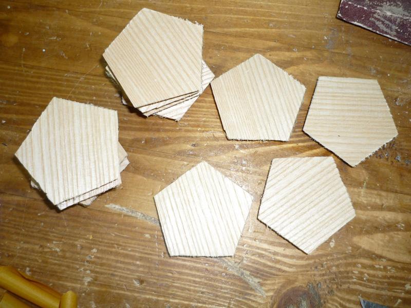 Assemblage Bois Hexagone : Collage des plaquage noyer sur les pentagones (n?cessitant 2 ou 3